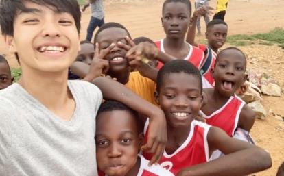 ガーナでサッカー教育に取り組む日本人高校生ボランティアと現地の子供たち